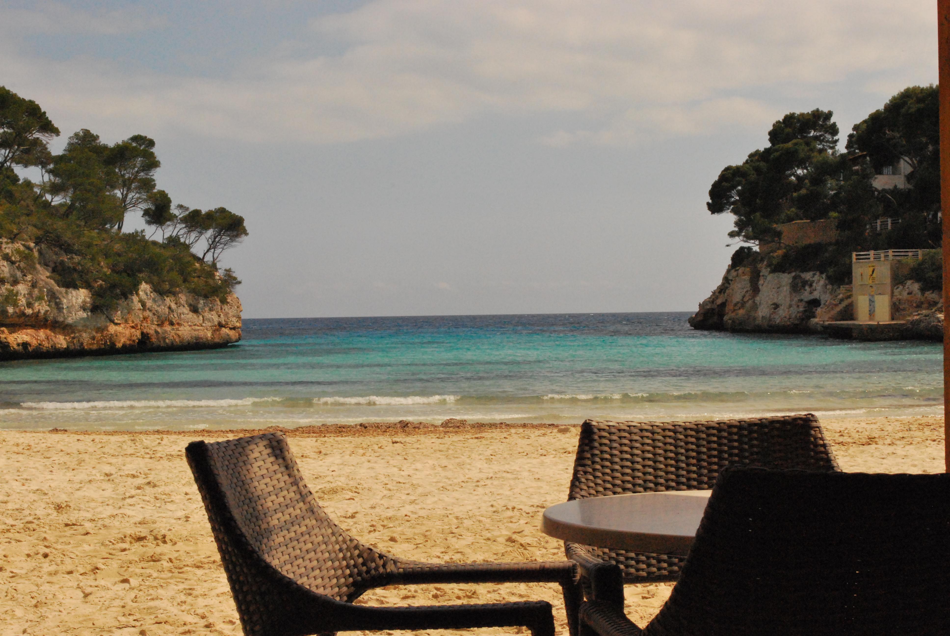 ein hotel ein strand eine bucht cala santany auf. Black Bedroom Furniture Sets. Home Design Ideas