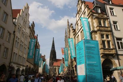 Schals ,Fahnen, Helfer, Tuch ,Blau, Info FOTO: katholikentag.de, Nadine Malzkorn